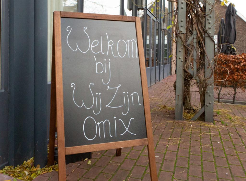 Welkomsbord met de tekst 'Welkom bij Wij Zijn Omix'